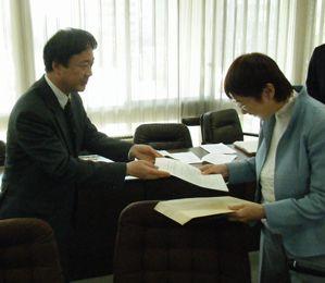 東北弁護団小野寺事務局長が奥山仙台市長に要望書手渡し
